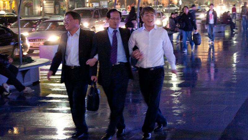 Homens de negócios brincam numa fonte em rua de Seul. Foto: Ingmar Zahorsky via Flickr