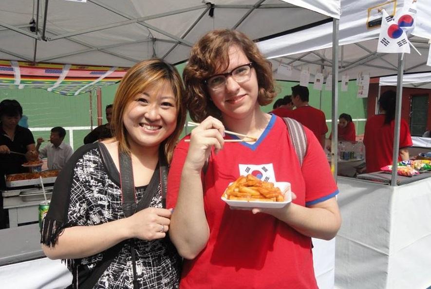 A Carol Lee e a Duda, no dia em que nós nos conhecemos, no Festival de Cultura Coreana em Setembro/15. Uma parceria profissional que evoluiu para uma bonita amizade. Foto: Arquivo Pessoal