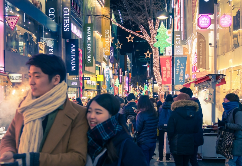 Casal nas ruas de Seul no Natal (Shutterstock)