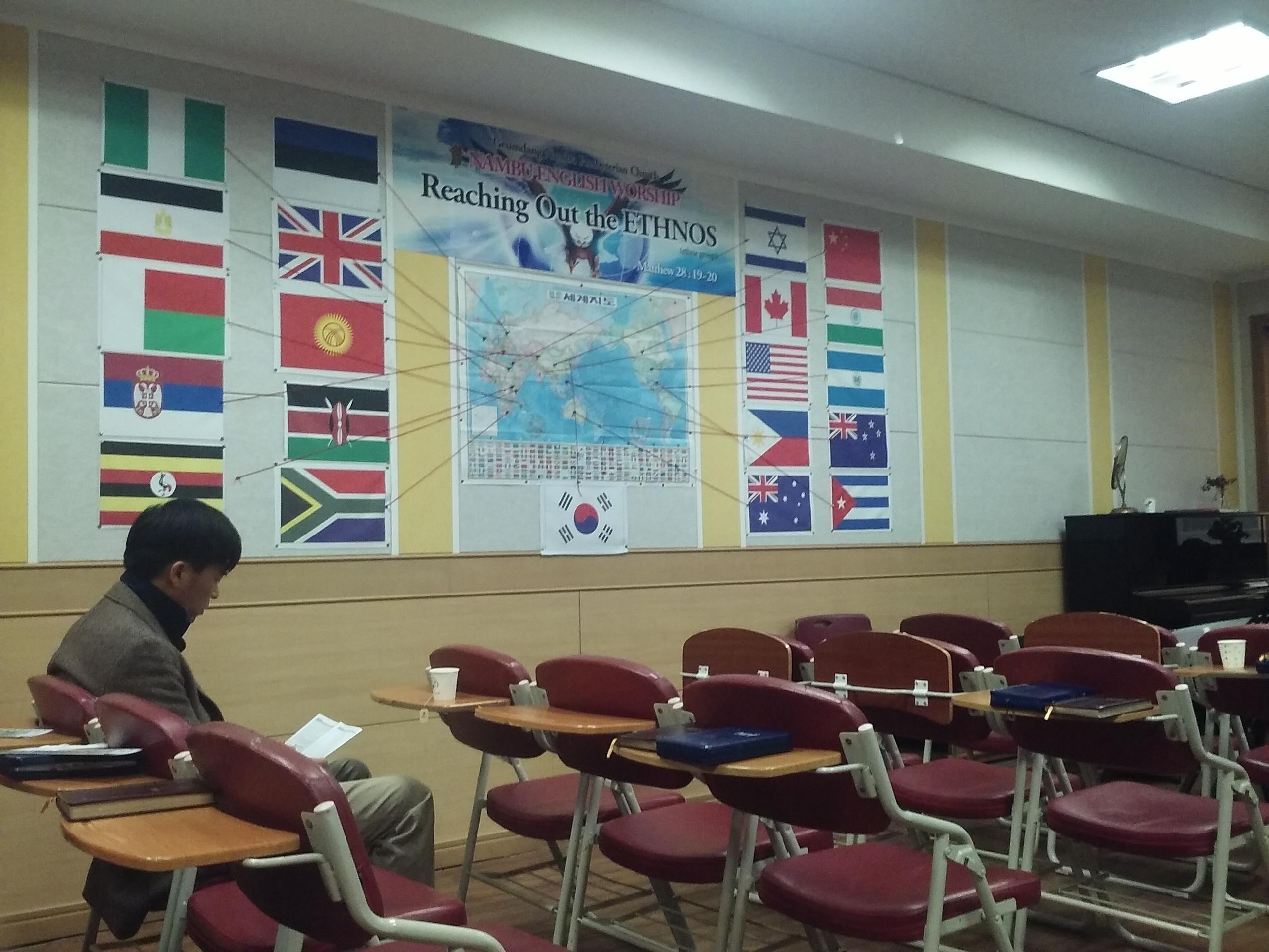 Mapa com as nações, na parede da Igreja.