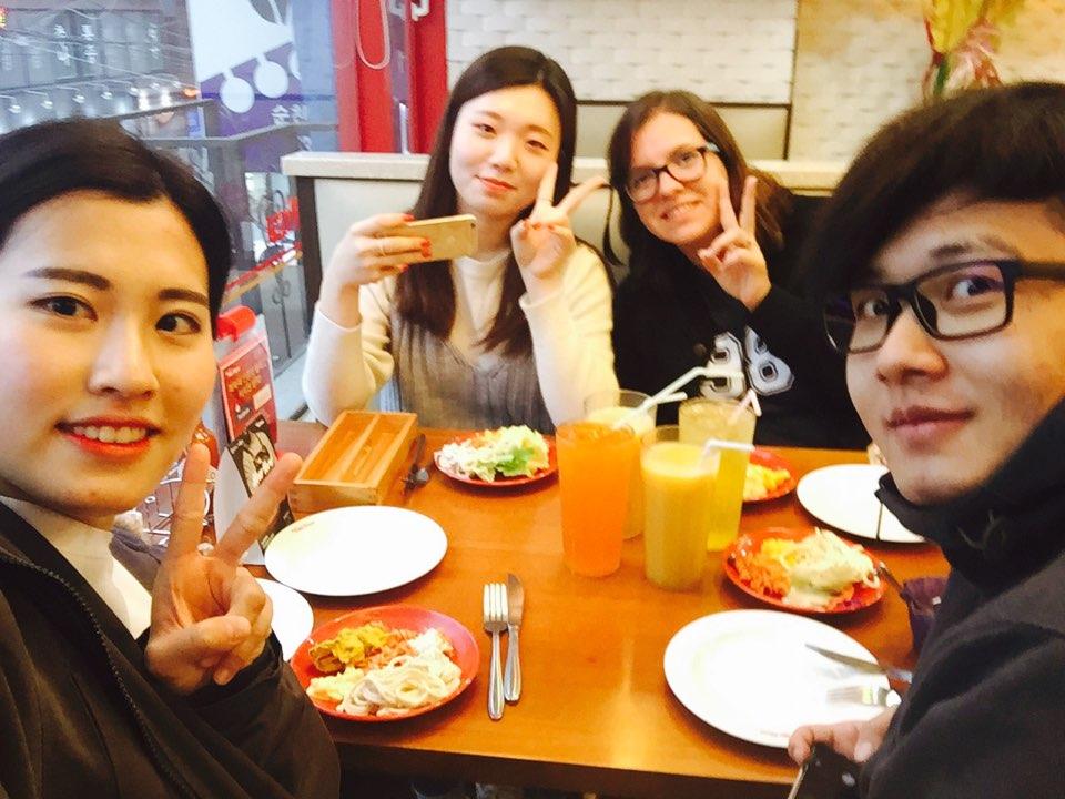Da esquerda para a direita Jin Seon Unnie, Holly Unnie, Eu e o Choi Denis Oppa.
