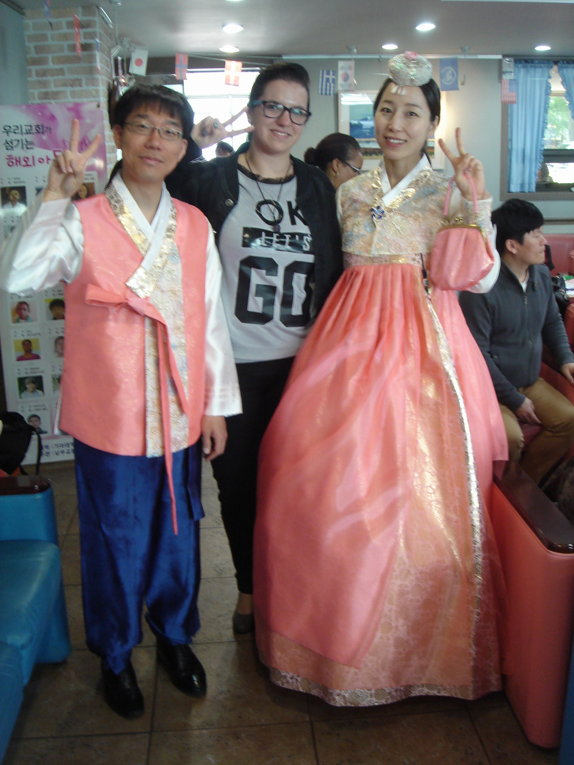 Eu e o casal fofo que estava representando a Coreia no desfile das nações, vestidos de forma impecável.