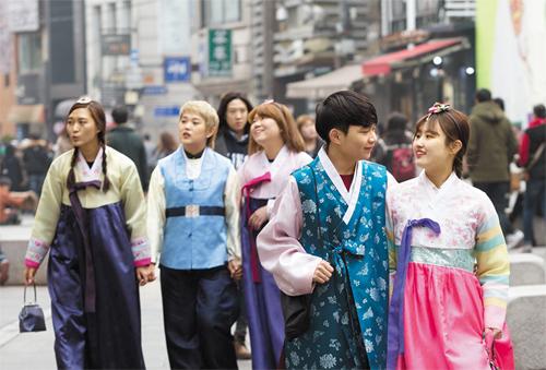 Jovens andam por Insadong de Hanbok. Foto: Chosunilbo