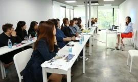 A Modelo Han Hye-Jin Ensina Para Uma Turma Na Plataforma Changdong 61 (Yonhap)