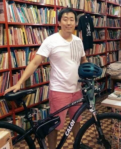 """Quando penso na minha infância lembro do meu maior sonho de presente, que provavelmente foi o sonho de muitos: ganhar a primeira bicicleta. Chorei """"anos"""" por uma, mas como meus pais não tinham dinheiro para comprar, só ganhei o tão desejado presente lá pelos 9 ou 10 anos. E como toda mãe coreana gosta de fazer com as roupas (sempre comprando um número maior para que dure mais), ganhei uma bicicleta maior do que o meu tamanho! Era uma Caloi Dobrável verde, com quem ganhei também meu primeiro tombo ao virar o guidão com tudo! Lembro de ter me divertido muito com ela, até que de tanto tomar chuva e sol, enferrujou e tive que jogar fora. Mas ela ficou na minha memória e foi a primeira de muitas que vieram depois. Adoro bicicletas e a sensação de liberdade que elas nos dão, Mas... quem não gosta? BRUNO KIM - COLUNISTA"""