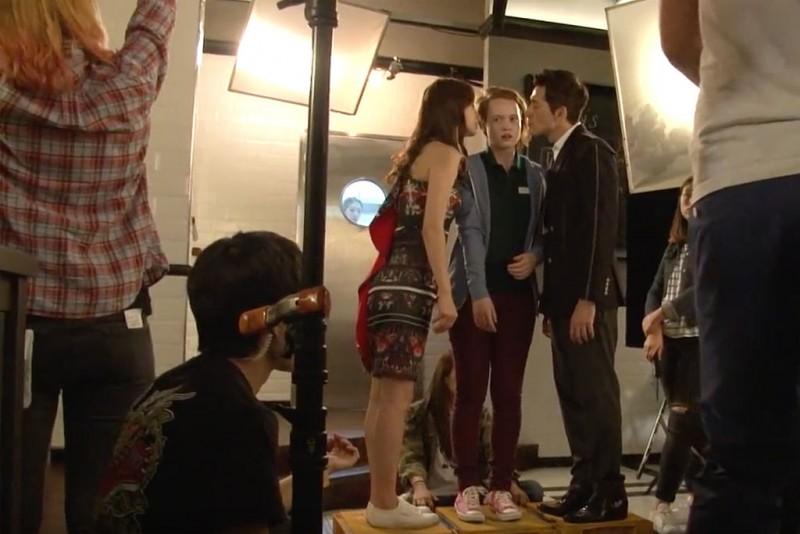 Cena do café com dois dos personagens principais, Liv Hewson e Sean Dulake filmadas em Seul, em outubro 2015. Foto: Wikipedia