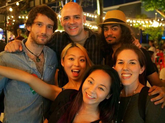 You-Jin (centro) posa com nômades digitais na Tailândia