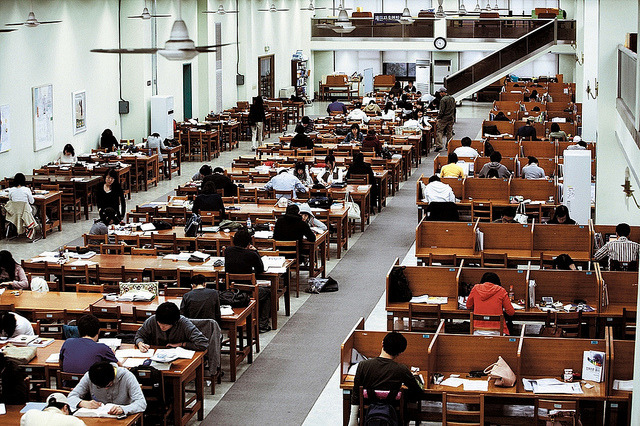 Modelo tradicional de biblioteca coreana usada em maior escala por jovens para estudar, um pouco esquecida pelas outras parcelas da população. Foto: KobizMedia/ Korea Bizwire