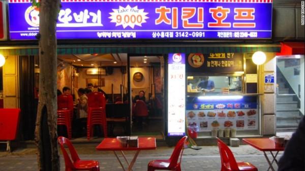 Em Seul, o exterior do restaurante de frango Ddobagi não é nada fino, mas o lugar é popular por seus preços baixos e sabor inegualável. Foto: CNN