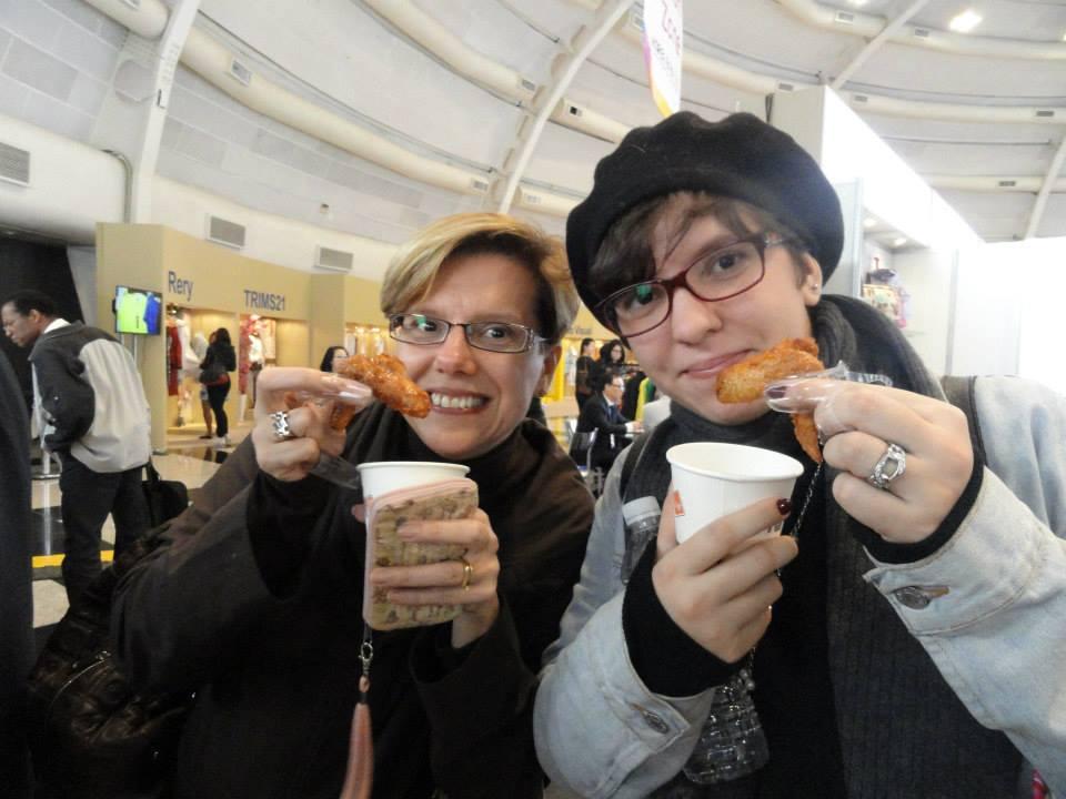"""Coincidentemente eu registrei a minha primeira experiência com o frango frito coreano. Foi no dia 14/08/2014 quando eu e a Duda estivemos na Korea Brand & Entertainment Expo, em São Paulo. De lá pra cá, sempre que vamos à São Paulo, tentamos comer o famoso franguinho!! Um detalhe muito peculiar - veja a pequena """"luvinha de dedo"""" que nos deram (para não sujarmos as mãos ao comer). Genial, né?"""
