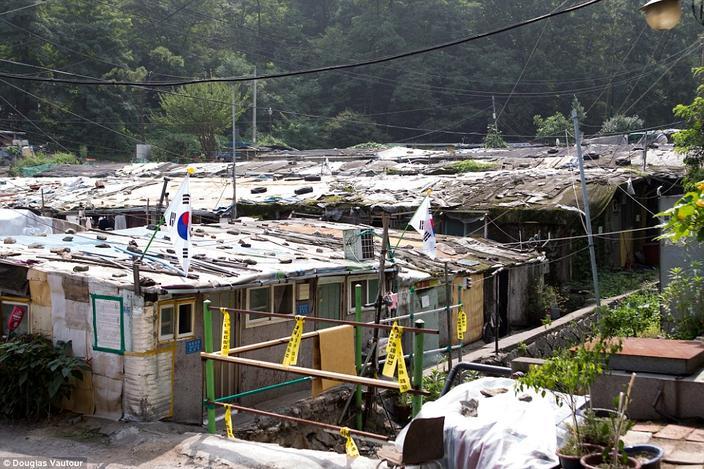 O mar de telhados de zinco e cabanas em ruínas surgiu após o despejo em massa de pessoas no período de preparação para os Jogos Olímpicos de Seul em 1988. Foto: Daily Mail