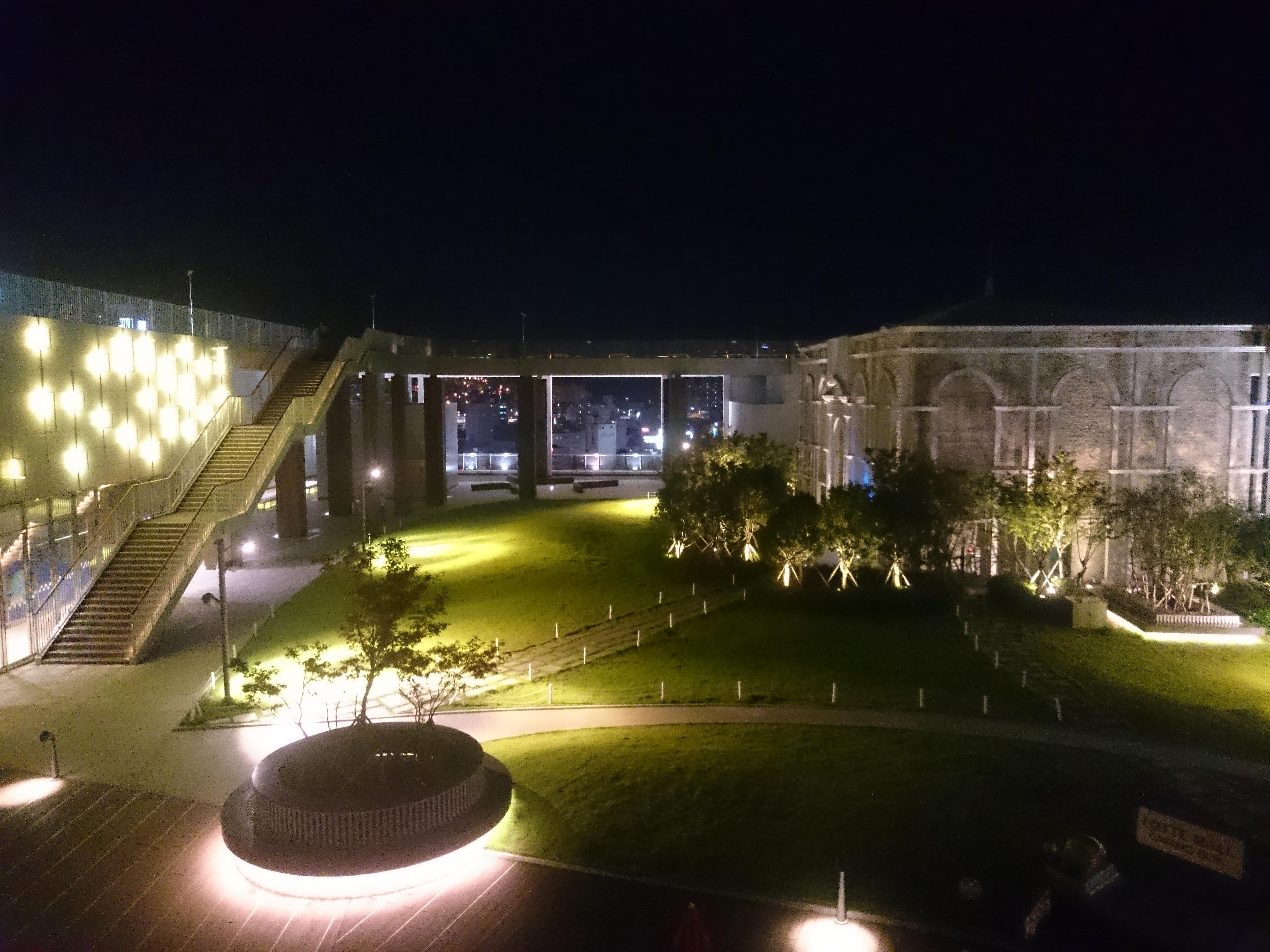 Visão noturna do Sky Garden, no shopping da Lotte em Busan.