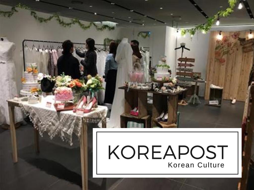 Loja de Departamentos Hyundai foi a primeira a apresentar opções de lojas voltadas aos casamentos pequenos, feitos pelos noivos, em Abril (Samseong-dong branch) e em Junhoe (Pangyo branch). As lojas receberam respostas positivas, e a companhia está pretendendo oficializar uma seção especializada nesse tipo de casamentos. Foto: Hyundai Department Store.