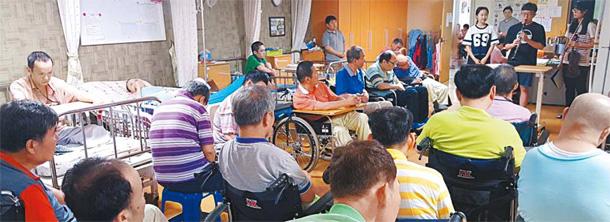 Estudantes do ensino médio realizaram uma pequena apresentação como parte de seu trabalho voluntário obrigatório a Pyeonghwa Municipal Nursing Home em Eunpyeong District, no norte de Seul, para as pessoas com deficiência. (Fonte: Cho Won-BIN)