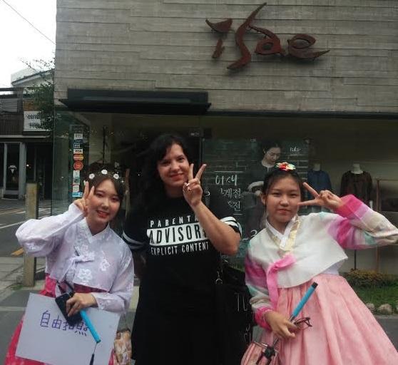 """Nas ruas de Insadong encontrei estas meninas vestidas e Hanbok com uma placa que dizia """"Fotos Grátis"""", então, eu tirei uma foto com elas, né?"""