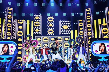 """""""Get Dumb"""" é uma colaboração entre o grupo mexicano CD9 e as garotas coreanas do Crayon Pop. Foto: Facebook do CD9."""