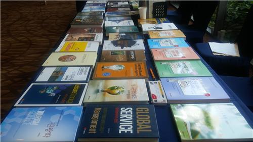 Livros de turismo em exposição na 80ª Conferência Internacional de Turismo, da Sociedade de Ciências e Turismo da Coreia (TOSOK), em Alpensia Resort, PyeongChang, no dia 14 de Julho de 2016. Foto: Yonhap.