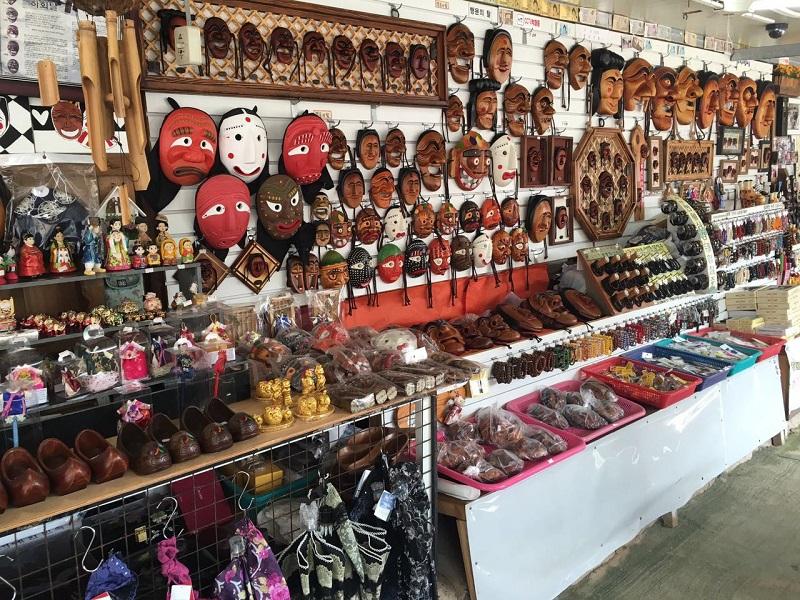 No caminho, ainda passamos por uma lojinha de souvenirs tradicionais.