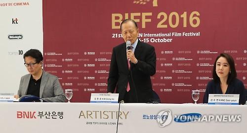 Diretor do festival, Kim Dong-Ho fala durante coletiva. Foto: Yonhap