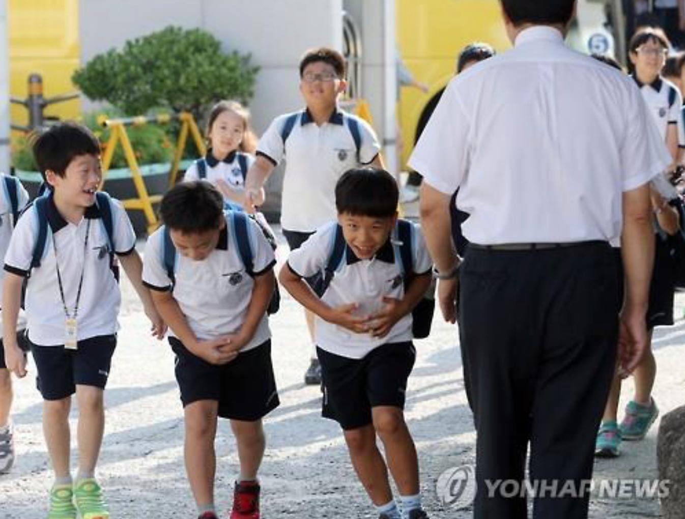 Os alunos se curvam ao seu professor na Shingwang Escola fundamental, em Seul Yongsan Ward em 17 de agosto de 2015, ao regressarem à escola depois das férias de verão, que terminou no dia anterior. (Imagem: Yonhap)