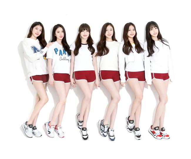 Grupo feminino GFriend posa para a foto promocional da marca de artigos de esporte Akiii Classic. (akiii.com)