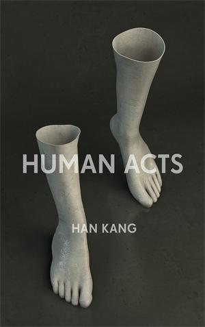 """""""Humans Acts"""" foi lançado na Coreia em 2014 e traduzido para o inglês por Deborah Smith em 2016. Deborah também trabalhou com a obra anterior de Kang Han, """"A Vegetariana"""", que ganhou o Prêmio Man Booker International quando seu segundo romance era lançado em inglês."""