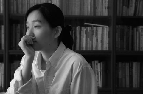 Kang Han, nascida em 1970, cresceu em Gwangju e lembra em primeira-mão do massacre de ativistas democráticos em maio de 1980. Em sua obra de 2014, 'Human Acts' pode ser entendida como uma forma de cura nacional para a sociedade, já que lida com os traumas do passado.