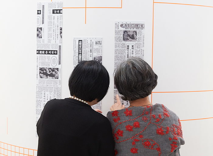 Os visitantes também podem ver diversos jornais impressos com as fontes.