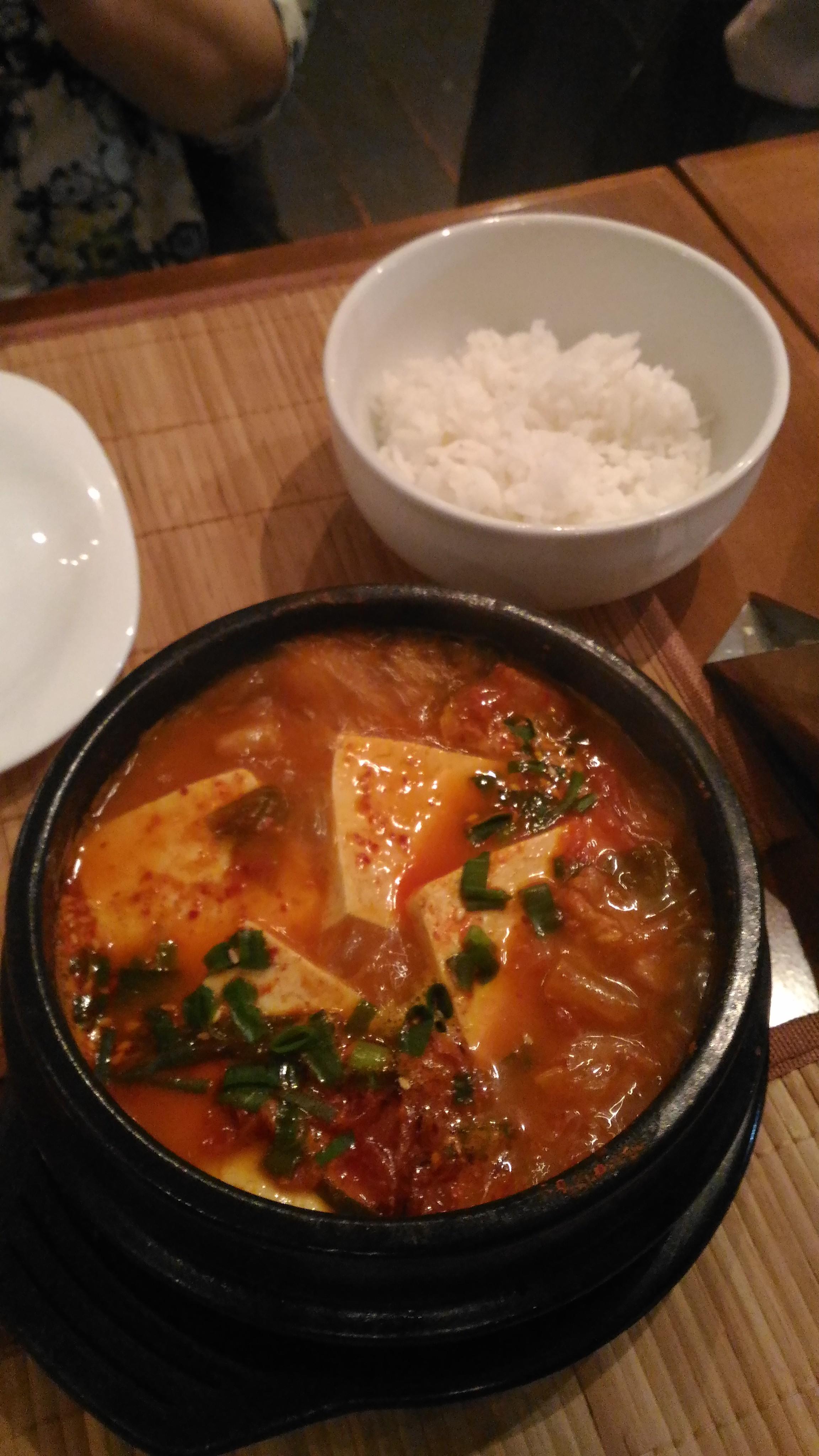 Tofu Tigué. Ensopado apimentado de pancetta de porco e tofu.