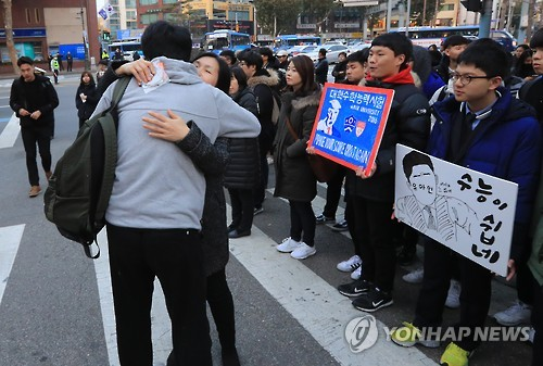 Um candidato recebe incentivo de sua mãe na frente de uma escola no centro de Seul, neste dia 17 de novembro, antes de entrar para fazer o exame de admissão administrado pelo estado que acontece em todo o país no mesmo dia. Para os aprovados, as aulas nas faculdades começam em março. Foto: Yonhap