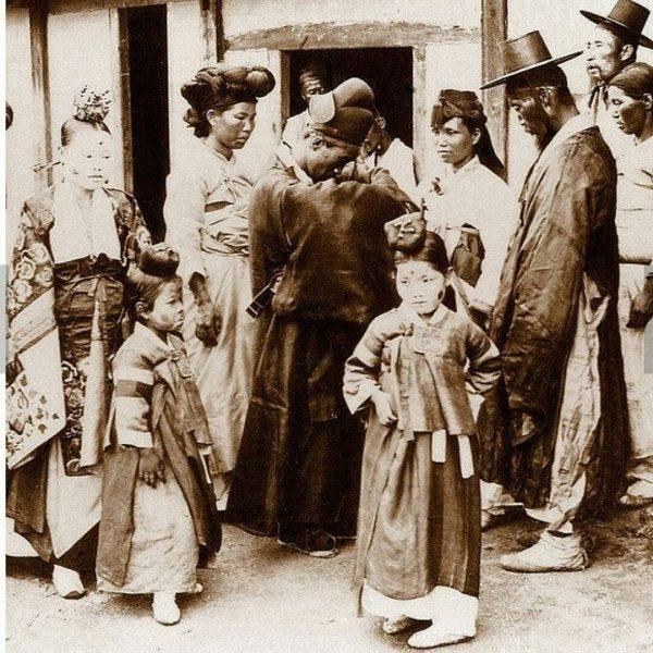 Nesta foto, embora em preto e branco, nota-se que as pessoas já utilizavam mais cores em suas vestimentas.
