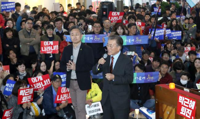 Moon Jae-In, o ex-líder do Partido Democrático Liberal da Coreia, fala aos manifestantes reunidos na cidade de Busan, no sul do país, neste sábado. Foto: Yonhap