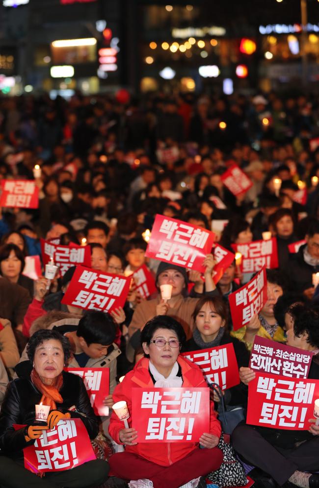 Cerca de 30 mil pessoas participam manifestação contra a presidente na Praça Democrática em Gwangju, no sábado. Foto: Yonhap