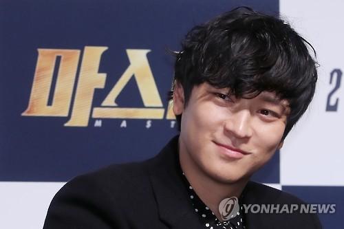 """O ator Kang Dong-won responde as perguntas de jornalistas durante uma coletiva de imprensa para """"Master"""" no teatro CGV-Apgujeong, no sul de Seul, em 14 de novembro de 2016."""