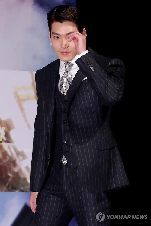 """O ator Kim Woo-bin sobe ao palco durante uma coletiva de imprensa para """"Master"""" no teatro CGV-Apgujeong, no sul de Seul, em 14 de novembro de 2016."""