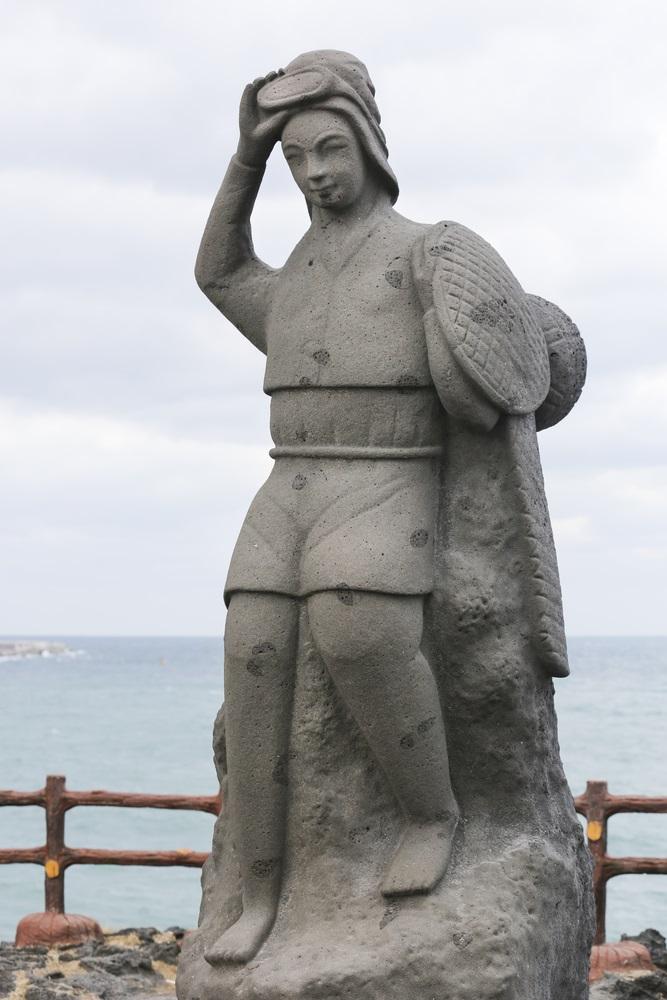Estátua em homenagem à Haneyo na Ilha de Jeju. Foto: Shutterstock.