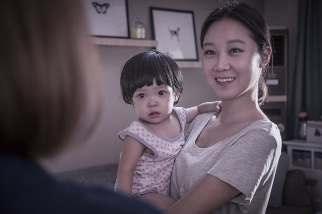 Atriz Hyo-Jin, que interpreta a babá Han-Mãe, e a bebê Da- Eun.
