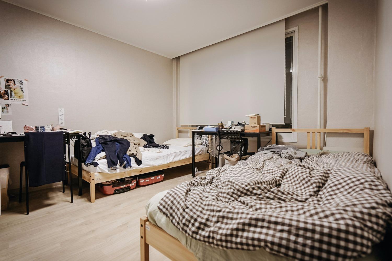 Algumas das residentes da Sharehouse 22 também dividem o quarto. Foto: Korea Exposé.
