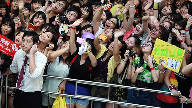 Adolescentes normais, extasiadas por seus ídolos, querem ser como eles