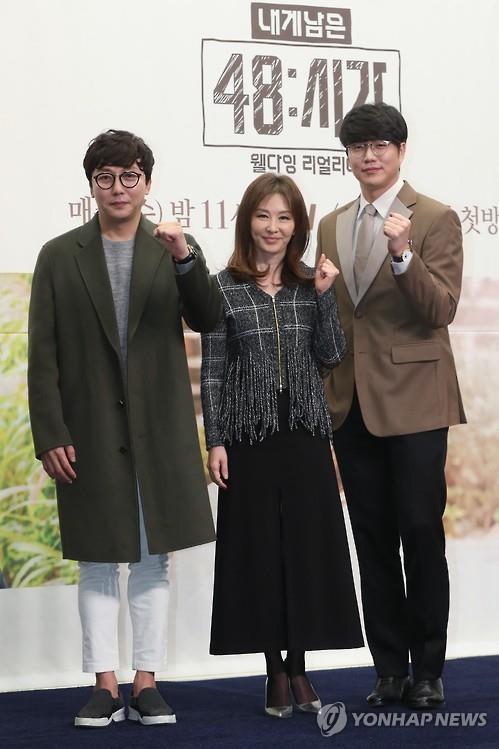 """Tak Jae-hoon (esquerda), Lee Mi-sook (centro) e Sung Si-kyung (direita) posam para uma foto durante a conferência de imprensa para """"My Last 48 Hours"""" em um hotel no oeste de Seul, 30 de novembro de 2016"""
