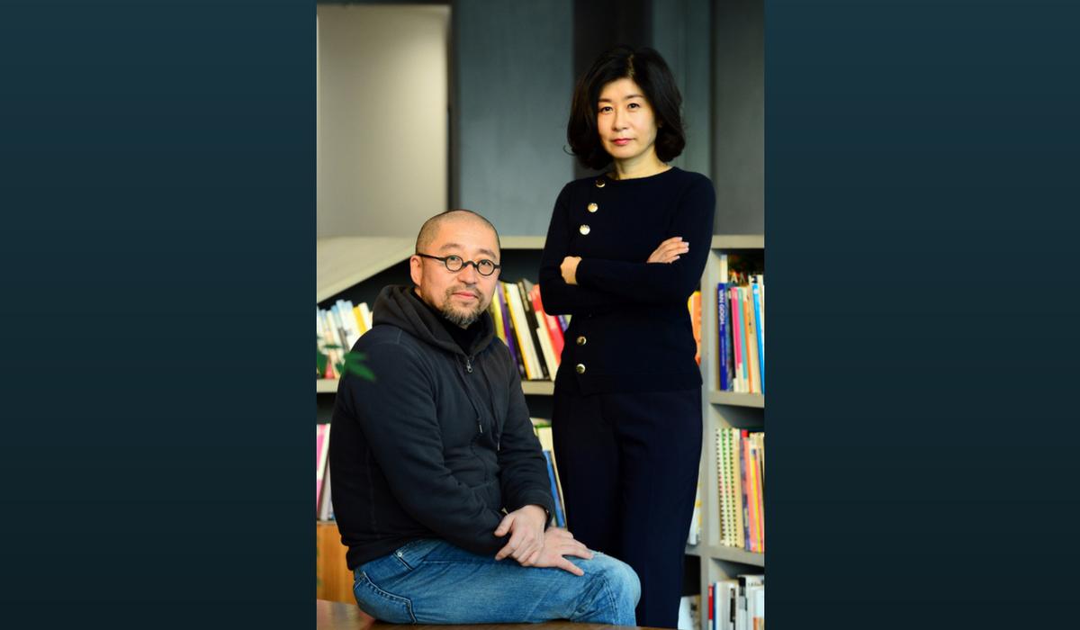 """Diretor Yoon Sang-ho (esquerda) e escritora Park Eun-ryeong de """"Saimdang, Memoir of Color""""."""