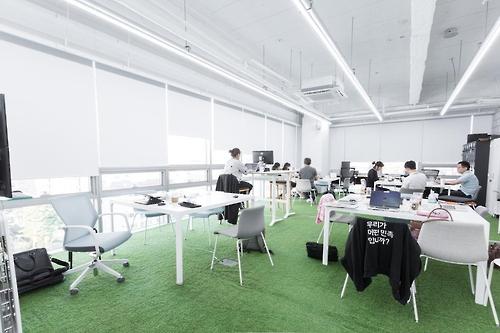 """Os funcionários trabalham na sede da Woowabrothers Co., uma das principais empresas sul-coreanas que operam o aplicativo de entrega de comida mais popular do país, o """"Baedal Minjok"""", que significa """"Delivery Nation"""" em inglês. (Foto cortesia de Woowabrothers Co.) (Yonhap)"""