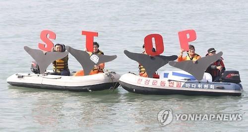 Os ativistas fizeram um protesto contra o comércio dos golfinhos nesta foto tirada no dia 20 de fevereiro de 2017, no mar perto da cidade portuária do sul de Ulsan. Foto: Yonhap