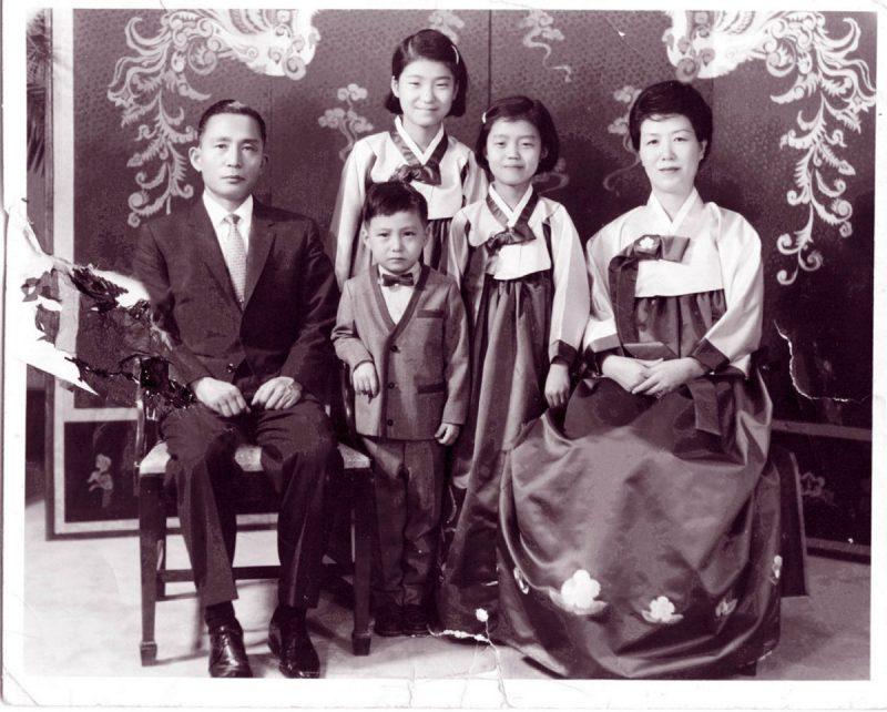 Geun-hye ao centro, na infância, com seus pais e irmãos.