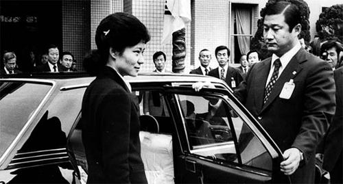 Geun-hye no dia do funeral de seu pai.