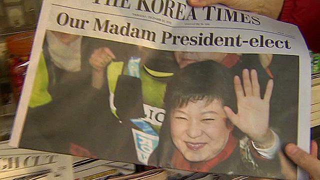 No dia de sua eleição, Geun-hye foi manchete nos principais jornais de seu país - a primeira mulher coreana a se eleger Presidente.
