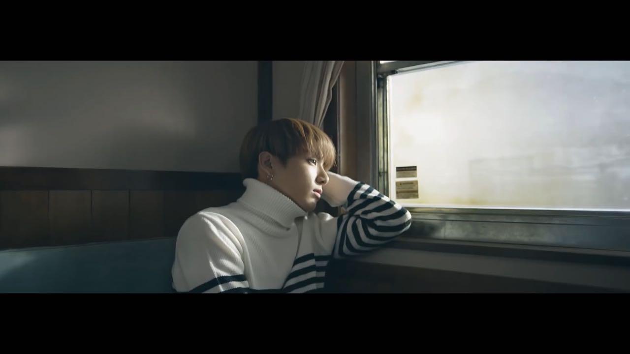 No trem, Jungkook presencia a transição de tempo.
