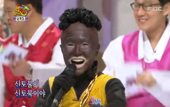 Blackface como forma de comédia utilizando esteriótipos ofensivos