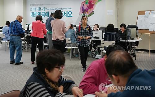 Essa Foto, Tirada Em 30 De Março De 2017, Mostra Um Grupo De Sul Coreanos Residentes Em Los Angeles Na Califórnia Registrando-Se Para As Próximas Eleições Presidenciais. A Comissão Nacional Eleitoral Informou Que Houve Um Recorde De 297.919 No Exterior De Registros Para As Próximas Eleições Em 9 De Maio, Cerca De 33 Por Cento A Mais Do Que Os 222.389 Sul Coreanos Que Vivem No Exterior E Participaram Das Eleições De 2012. (Yonhap)