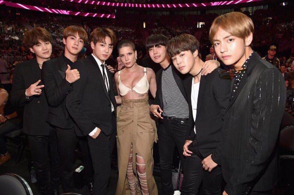 Grupo BTS posa ao lado de Halsey